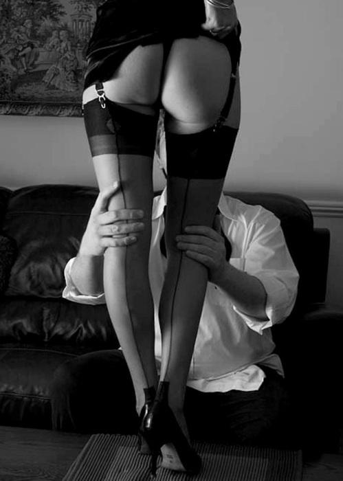 Красивые ножки в чулках закинула парню на плечи